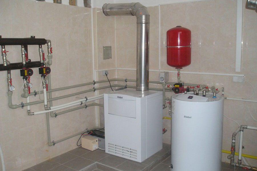 Котельная частного дома с напольным газовым котлом. Наша задача — изучить установленное оборудование и его функции.