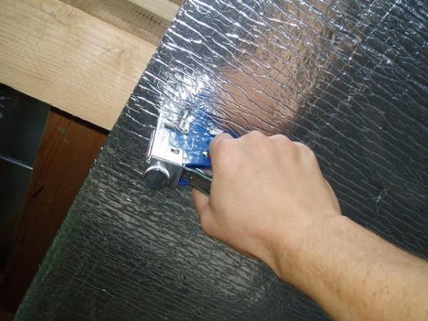 Крепление изолятора при помощи степлера.