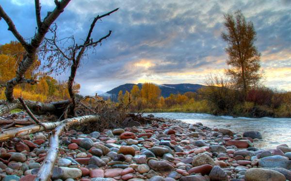 Крупная галька на берегу реки.