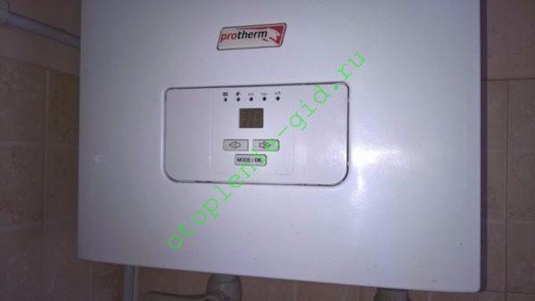 Любой современный энергозависимый котел для отопления снабжен электронным термостатом.