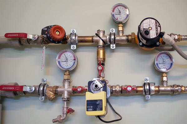 Манометры для контроля давления в отопительной системе.