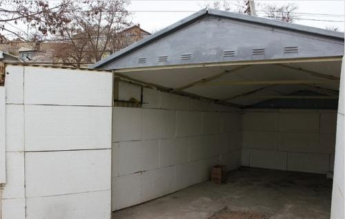 Металлический гараж, утепленный пенопластом.