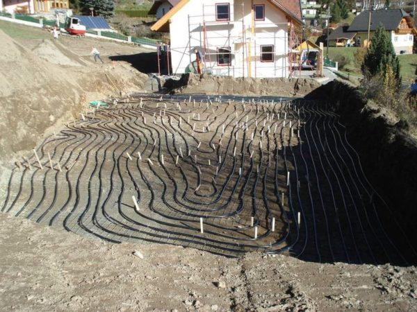 Монтаж горизонтального коллектора геотермального теплового насоса.