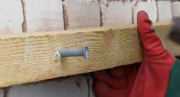 Монтаж рейки для обустройства вентиляционного зазора