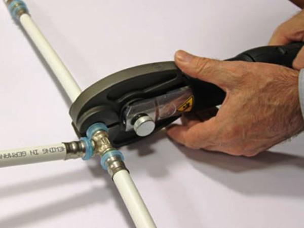 Монтаж соединения металлопластиковых труб на пресс-фитингах.
