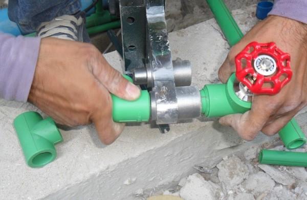Можно сразу крепить запорную арматуру, не используя резьбовые соединения