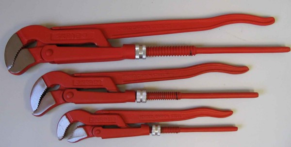 На фото - газовые ключи трех наиболее полезных размеров. Первый номер нужен для сборки соединений, второй и третий - для нарезки резьб и откручивания радиаторных пробок.