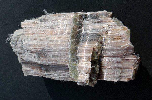 На фото - минерал асбеста.