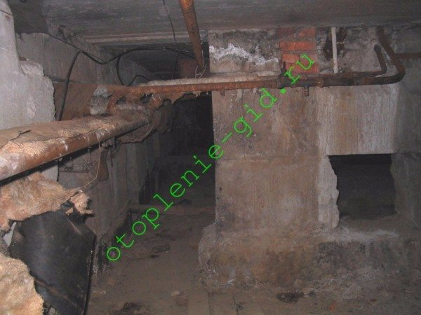 На фото - стояки ГВС и полотенцесушителей в подвале многоквартирного дома.