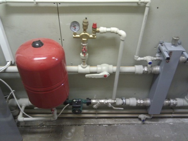 На фото - циркуляционный насос и группа безопасности в системе отопления.