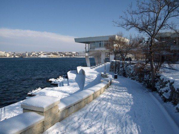 На фото - зимний Севастополь. Даже в теплых регионах бывают сильные заморозки. Систему отопления приходится проектировать с запасом прочности.