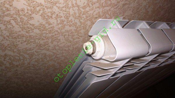 На фото — кран Маевского в пробке радиатора. Он позволяет стравить воздух.
