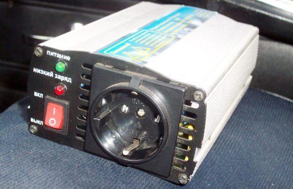На фото показан автомобильный инвертор, преобразующий постоянный ток (12 В) в переменный ток с параметрами бытовой электросети (50 Гц, 220 В)
