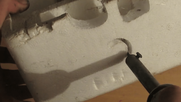На фото показан простейший нож для пенопласта, сделанный за 10 минут из обычного паяльника