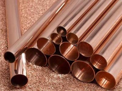 На фото показаны медные трубы разных диаметров.
