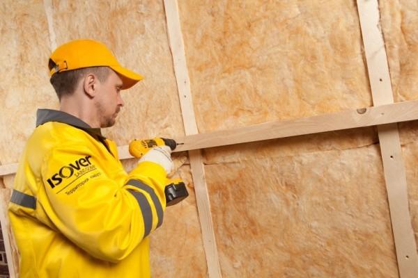 На фото: утепление дома ватой – лучшее решение для деревянных строений