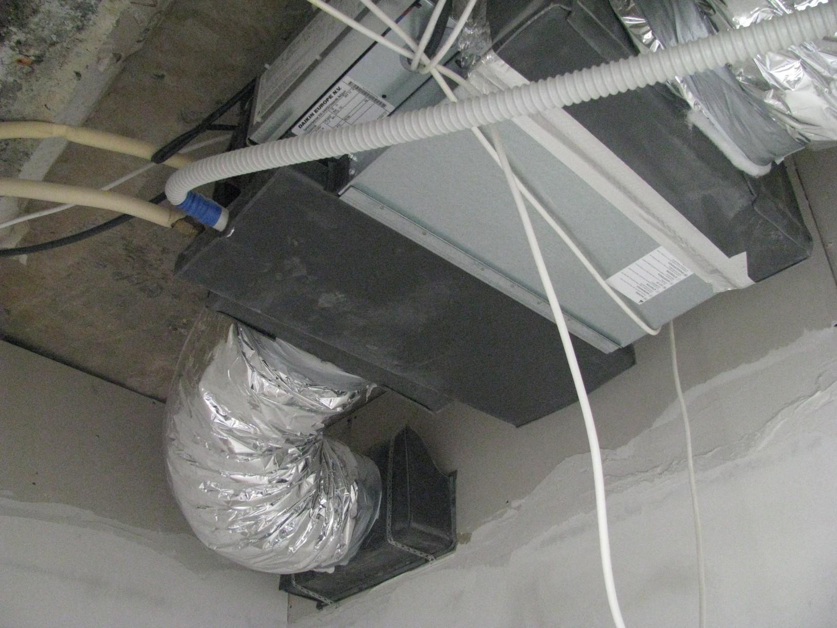 На фото -  внутренний блок канального кондиционера Daikin