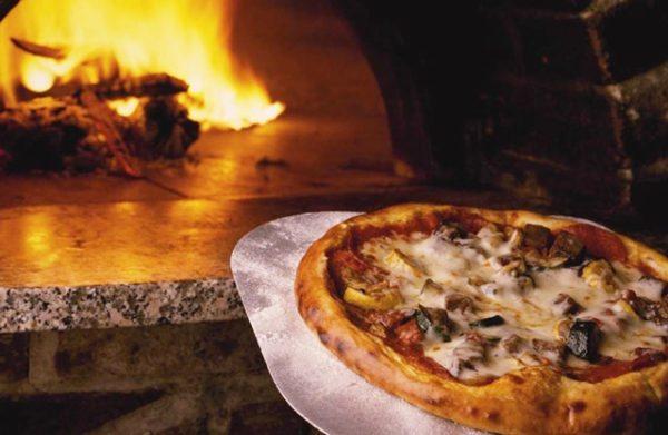 Настоящую пиццу можно сделать только в дровяной помпейской печи.
