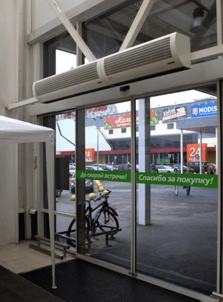 Нередко управление работой завесы увязывают с датчиком автоматической двери.