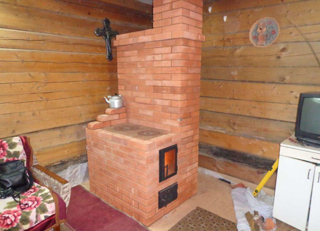 Новую печку из кирпича можно сложить не только в строящемся доме, но и в уже построенном.