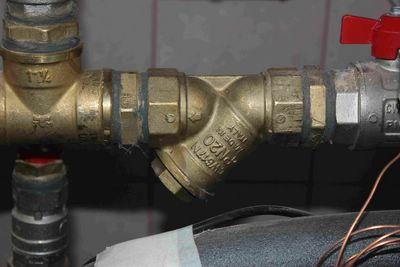 Обратите внимание на направление стрелки на корпусе фильтра. Она должна быть направлена по току воды.