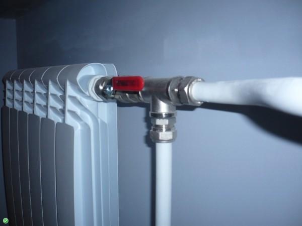 Обвязка радиаторов отопления металлопластиковыми трубами с использованием запорного вентиля.