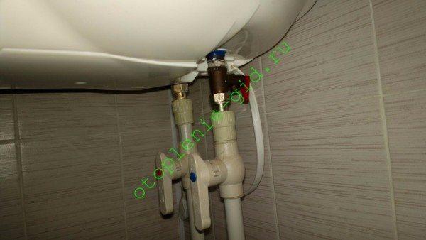 Обвязка включает универсальный клапан (обратный + предохранительный) и пару шаровых кранов.