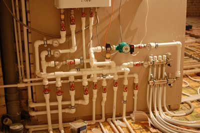 Обычный коллектор двухтрубной горизонтальной системы отопления частного дома.