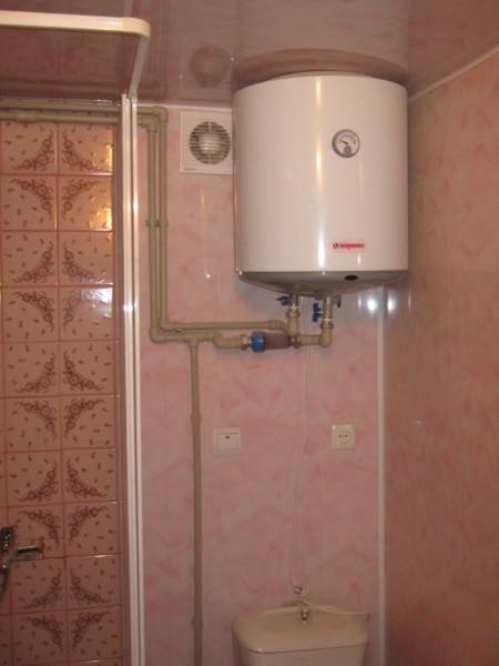 Один бойлер обеспечивает горячей водой все сантехнические приборы в квартире.