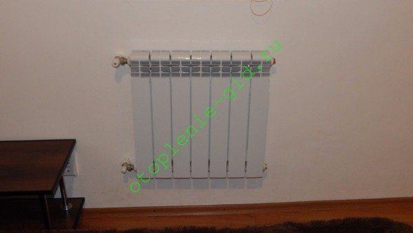 Одностороннее боковое подключение. Радиатор расположен выше розлива. Воздушник необходим.