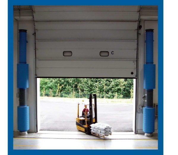 Открывающиеся вверх складские ворота вынуждают устанавливать вертикальные завесы.