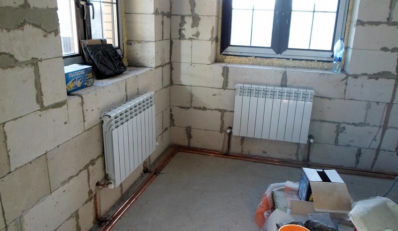 Отопительные приборы создают тепловую завесу перед окнами.