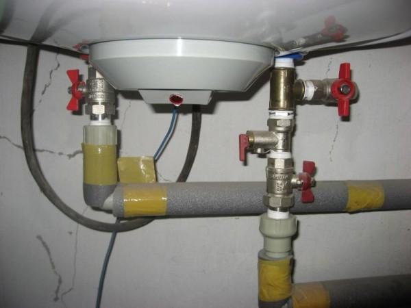 Отсекающие краны установлены между накопительным водонагревателем и водопроводами ХВС и ГВС.