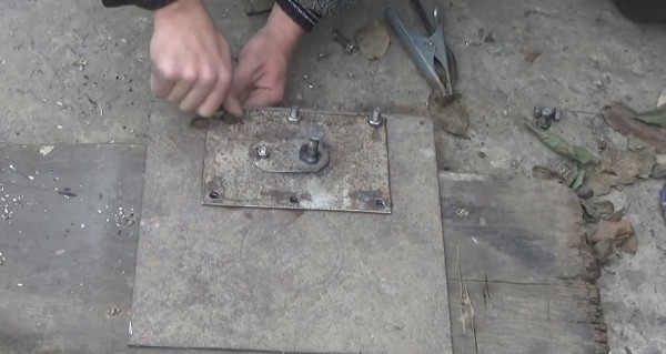 Отверстие для заливки топлива будет использоваться и для подачи воздуха, а значит заслонка будет выполнять функцию крышки поддувала