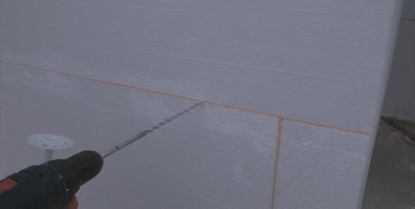 Отверстие можно сверлить немного глубже длины дюбеля, тогда зонтик наверняка впечатается в утеплитель