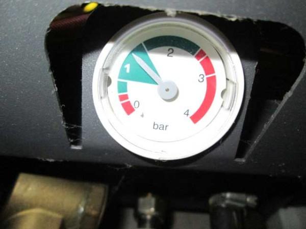 Падение давления говорит о разгерметизации отопительного контура или о повреждении мембраны расширительного бачка.
