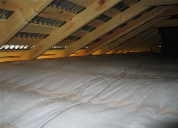 Пароизоляция защищает материал от перепадов влажности