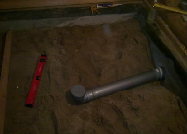 Песок насыпается после укладки канализационной системы при ее наличии
