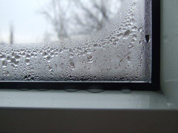 «Плачущее стекло» - это признак того, что его температура достигла или стала ниже, чем точка росы.