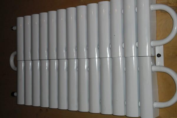 Пластины на трубках с теплоносителем увеличивают теплоотдачу.