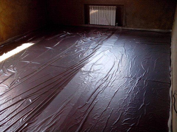 Пленка создает барьер между бетоном и пенопластом