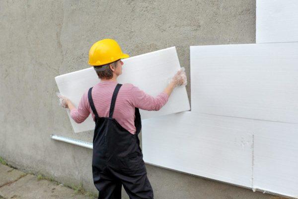 По строительным правилам теплоизоляция стен производится снаружи.