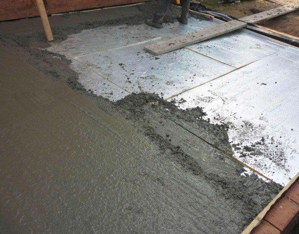 Под стяжку следует выбрать жесткий утепляющий материал.