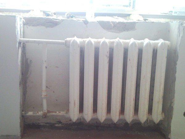 Подключение чугунного радиатора на сгонах. Встречается в любом доме советской постройки.