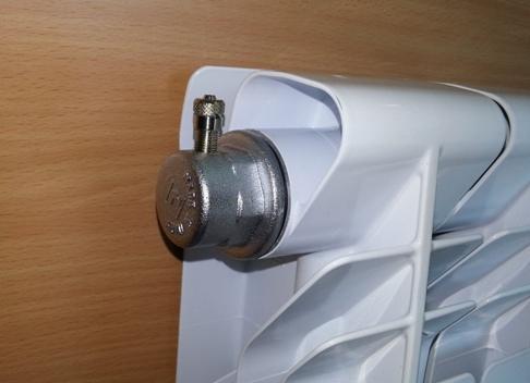 Подобные изделия значительно облегчат вам жизнь, самостоятельно регулируя присутствие воздуха в радиаторах (на фото)