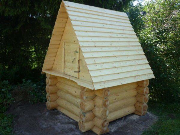 После утепления можно сделать деревянный сруб или оформить конструкцию любым другим способом