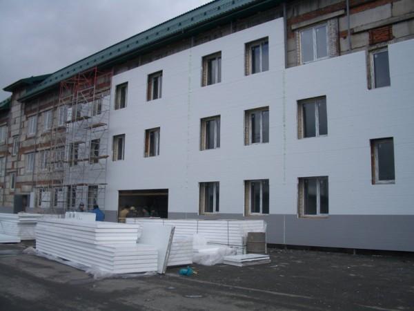 Последние годы эта картина становится привычной: фасады домов утепляются пенопластом для снижения потерь тепла.