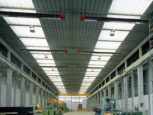 Потолочные газовые ИК-нагреватели в производственном цеху
