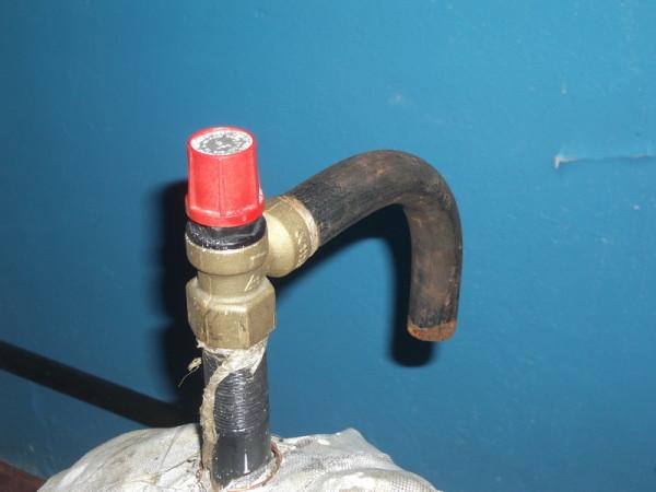 Предохранительный клапан с дренажной трубкой.