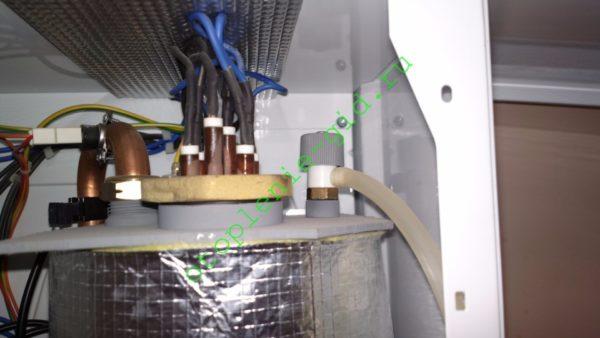 Предохранительный клапан с дренажной трубкой установлен на бак с ТЭНами электрокотла.